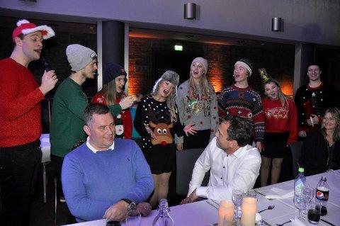 A capella: Tage Hybertsen fikk servert julete acapella ved bordet.