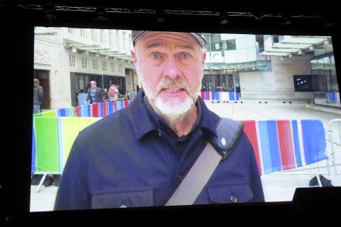 Åpnet festivalen: Erik Poppe poppet opp på storskjerm med åpningsønsker fra London. Nå er han i Los Angeles. Neste år lovet han å komme til åpningen hvis det blir festival igjen.