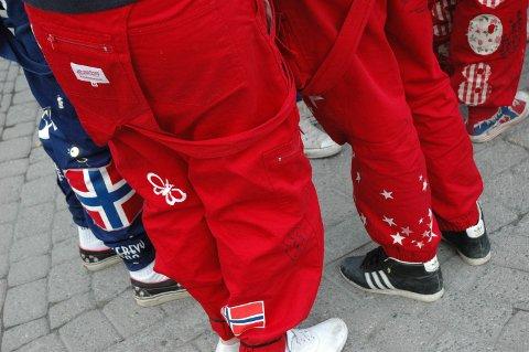 VANSKELIG SALG: Drammensfirma med 3.000 russegensere som skulle til russ i Norge, ligger på lager i Sverige. Nå er firmaet konkurs.