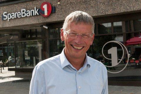 ÅPNER: Steinar Haugli opplyser at banken setter ned utlånsrenta og åpner dørene i Hønefoss.