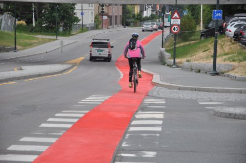 GODT SYNLIG: Rød sykkelsti i Hønengata.