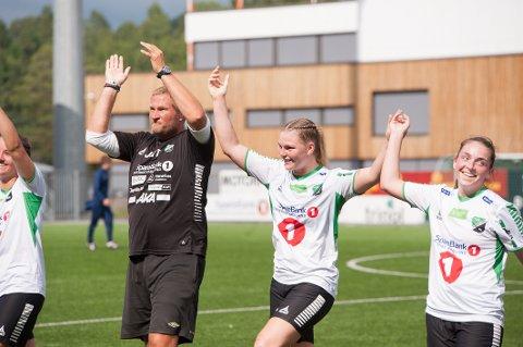 GOD STEMNING: Trener Jan Gundro Thorstensen jubler sammen med HBK-laget.