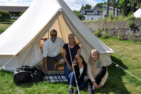TELTKOS: Familien Aanonsen fra Risør har hatt en fin glampingnatt på Thorbjørnrud. Haakon, Tone, Nini og Cassandra koste seg i teltet..