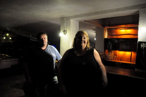 GUFFENT: Det spøker i Bryggerikjellerne på Scandic Hønefoss Hotell. Jan Tangen og Anita Lien kjenner det på kroppen.