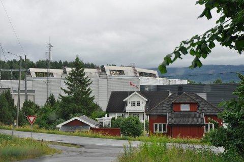 NABOLAGET: Naboene til Kryptovault plages av støy fra anlegget. Nå kritiserer ordfører Kjell B. Hansen administrasjonen for treg saksbehandling.