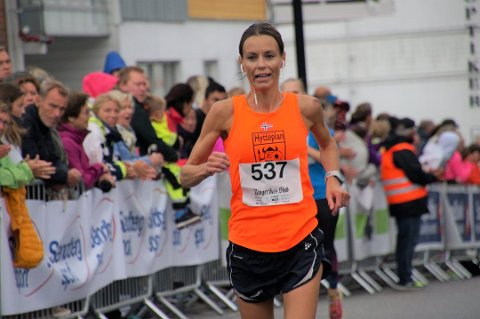 MARATONDEBUTANT: Kine Mauseth løp inn til 12. beste tid i maratonklassen og var med det raskeste dame. Hun løp sitt første maratonløp og var overrasket over det gode resultatet. Tiden ble 3.35.01.