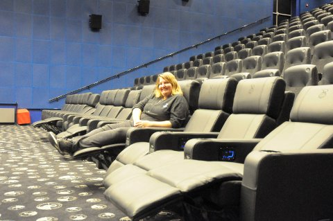 """Som du vil: - Reclinerne kan justeres helt etter ditt ønske, sier kinosjef Kathrine Wang Svendsen. Stolene på første rad er døpt til """"Gullrekka""""."""