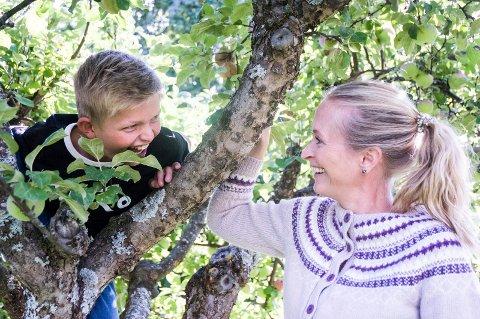 HAR TRE SØSKEN: Isak Hammer-Tunes (10) og mamma Gry Hammer bor i Hole sammen med Isaks tre søstre og pappa.