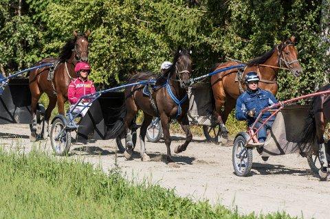 TRENER: Märtha Louise i rødt med Trond Buller'n Anderssen i blått foran hos Team Buller'n i Vestre Ådal.