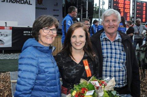 SEIRESKLEM: Anne Ingeborg ble gratulert av mamma Liv Kari og pappa Arne etter å ha sikret seg prinsessetittelen på Landsskytterstevnet.