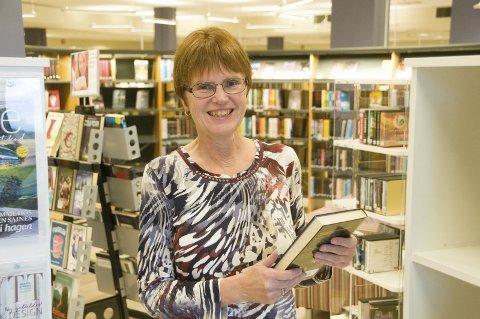 LESEHEST: Gun Ingrid Aspelund elsker bøker og gleder seg over å hjelpe andre å finne lesestoff.