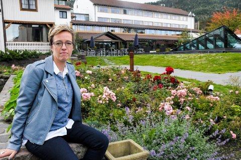 BLE UTESTENGT: Veronica Lund (46) er glad for at skoler i distriktet bruker trivselsledere for å passe på at ingen er alene i friminuttene.