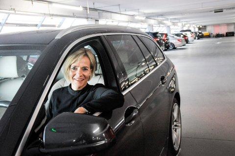 JUBILEUMSGAVE: Senterleder Anne Trine Høibakk har forbedret parkeringstilbudet ved Kuben.
