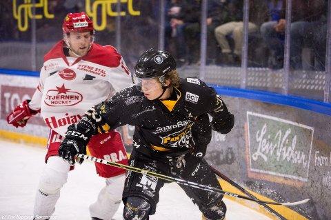 PUBLIKUMSFAVORITT: Petter Ellefsen får tildelt en klokke med inngravert navn, som bevis på at han er sesongens Panthers-spiller.