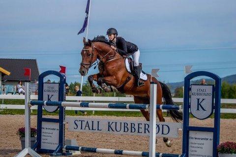 FEMTEPLASS: Kathinka Fjeldavli og hesten hennes Enzo red over 130 cm høye hindere.