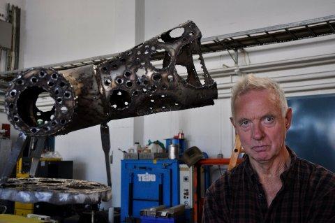 KRÅKEFUGL: Per Inge Bjørlo skaper kråkefugler av industristål. Ikke uten grunn har kråkefuglen fått en sentral rolle i hans skaperkunst.
