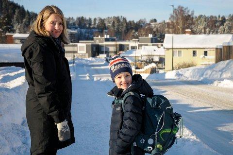 LANG SKOLEVEI: Nina Gabrielsen og sønnen Jesper Myrmel-Gabrielsen (7) brukte nesten en time da de prøvegikk Jespers framtidige skolevei Benterud skole.