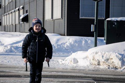 VIL IKKE: Jesper Myrmel-Gabrielsen (7) håper han slipper å gå frem og tilbake fra skolen. - Det er alt for langt for meg, sier han.