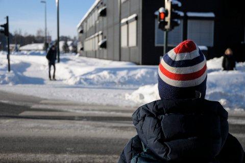 MANGE LYSKRYSS: Jesper Myrmel-Gabrielsen (7) måtte over mange lyskryss da han gikk fra toppen av Vesternbakken til Benterud skole. Saken vekker stort engasjement.