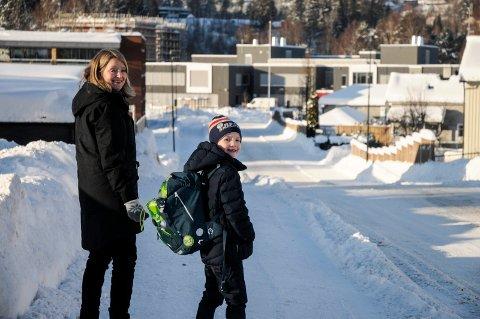 Jesper Myrmel-Gabrielsen (7) måtte over mange lyskryss da han gikk fra toppen av Vesternbakken til Benterud skole. Nå tar Høyre til orde for å gjenåpne Hønefoss skole, men trolig for sent til at Jesper kan gå der.