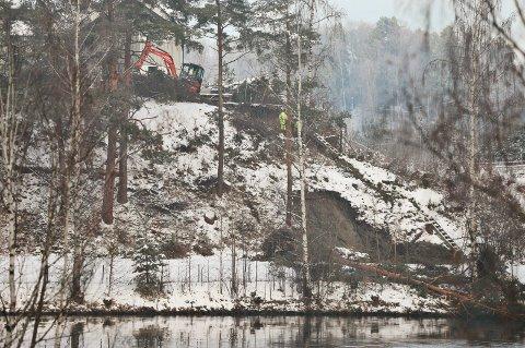 GraVER: Ringerike kommune jobber med å tette vannlekkasjen som førte til jordraset tirsdag kveld.