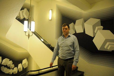 Spesielt: Frederik Skarstein i FRES er svært godt fornøyd med hvordan kunstneren Børge Brekke har dekorert oppgangen i Bryggerigården. - Detter symbolet på oss og en spore til utvikling videre, sier han.