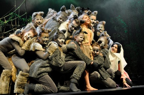 Forbrødring: Mowgli (Håvard Søreide), Mira (Maria Rensel) og hele ulveflokken i Jungelboken.
