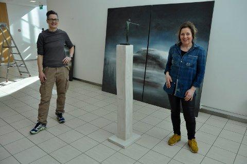 Gleder oss: - Egentlig skulle ikke dette gått an, for malerier og skulpturer passer ikke sammen. Men her er det motsatte bevist, sier Tove Hirth og Karianne Gruer Torp.