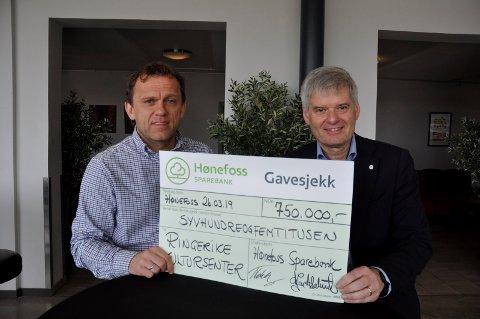 Gavmild bank: Kultursenterleder Tage Hybertsen fikk 750.000 kroner fra Hønefoss Sparebank ved Ole Jan Aslaksrud.