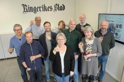 FEIRET: De ansatte i Ringerikes Blad feiret opplagsøkningen med sprudlevann.