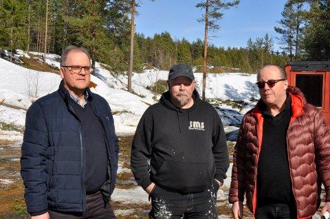 GLADMELDING: Runar Krokvik fra Sparebankstiftelsen Ringerike dukket opp i skogen med en halv million til nikkelverk-prosjektet Bjørn Tor Engen og Arnold Rørholt brenner for.
