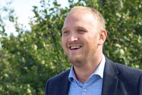 BEVILGNING: Samferdselsminister Jon Georg Dale (Frp) kom med løfte om penger til å forsterke bruer til tømmertransport neste år. Her er han på et besøk på Ask gård og foredlingAS i Åsbygda.