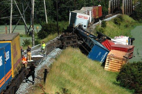DRAMATISK: Gamle og dårlige sviller forårsaket at seks godsvogner veltet av sporet den 25. juni i fjor mellom Hval og Hønefoss togstasjoner.