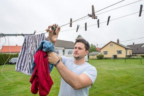 GREIT ELLER IKKE? Alija Alajbegovic vasker og henger opp klær når det er fridager og han derfor har tid. Det har han fått reaksjoner på, og har spurt seg hva andre mener om saken. Foto: Erik Hagen