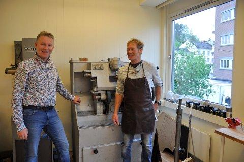 ROS: Børre Kongsmo har sørget for alle detaljer for at Oddgeir Hippe skal få et skikkelig skomakerverksted. Det mener Olav Bjotveit fortjener ros.