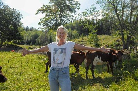 BEREIST: Tessa Hags (33) fra Australia har reist halve jorden og har de siste to somrene endt opp på landlige Jevnaker for å leve ut drømmen som småbruker. – Det er kjempegøy å dyrke organisk, stelle med dyr og forsøke å leve selvforsynt. Dette skal jeg forsøke å gjøre når jeg til slutt roer meg ned, sier hun.