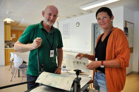 MESTRINGSFØLELSE: Edgar Iversen (63) og Ingrid Sofie Sørensen (56) kurser de innsatte i den eldgamle teknikken koldnålsradering, der motivet preges inn i trykkplate.  Det er gøy å gi de innsatte litt avkobling fra cella og la dem holde på med noe kreativt. Det gir gutta mestringsfølelse å skape noe, mener Iversen.