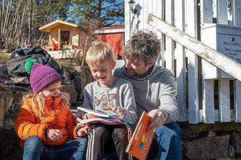 GOD STEMNING: Anders Wengen og barna Tilde og Kasper lo litt da Drammens Tidende stakk innom. Her løser de oppgaver.