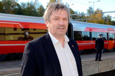 POLITISK BAUTA: Selv om han ikke vil oppleve det selv, har lokalsamfunnet mye å takke Kjell B. Hansen for den dagen Ringeriksbanen starter opp, skriver Kirsten Orebråten i sitt minneord.