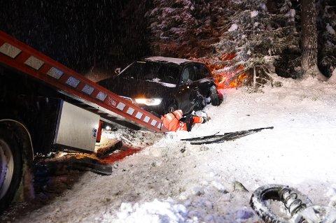 STORE SKADER: Begge bilene fikk store skader i sammenstøtet på E16 litt nord for Hallingby.