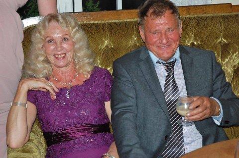 SOFA-KOMMENTARER: – Jeg har mye på hjertet, og kommer til å la høre fra meg fra sofaen, sier Steinar Larsen (77), her med samboer Astrid Elise Hagen Garfors.