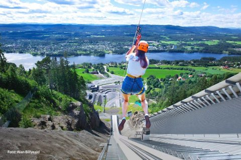 UTSIKT: Tør du sette utfor i zipline i Vikersundbakken vil du samtidig få en flott utsikt over Bergsjø. 30. april starter billettsalget.