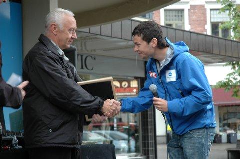 ENGASJERT: Her deler Anders Jacobsen ut Bry seg om-prisen til Arne Wefring, på vegne av Stiftelsen Positiv Oppvekst i 2007.