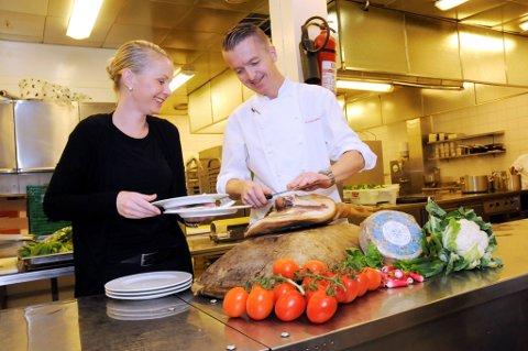 SLUTTER: Silje Storvik gir seg som hotellsjef på Sundvolden Hotel. Her sammen med tidligere kjøkkensjef Bent Borge Hansen. Arkivfoto: Anette Marcelle Hallquist