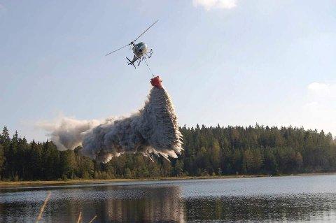 KALK: 19 fiskevann i Vikerfjell-området ble kalket tirsdag.
