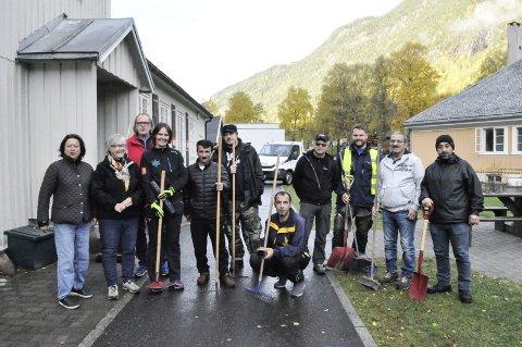 Dugnadsgjeng: Her er gjengen i Rjukan Vel klar for første dugnad i  byen. Neste tirsdag er det dugnad og en ny sjanse for frivillige. Leder for Frivillighetssentralen Åshild Langeland (nr. 4 f.v.) håper på enda større oppslutning. – Det er 232 medlemmer i gruppa på Facebook, så interessen er der, sier Langeland