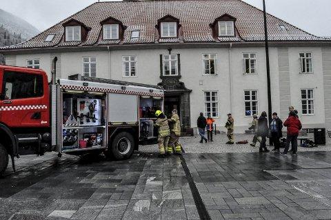 Full Utrykning: Alt av mannskap og materiell på brannvakta rykket ut til brannen i Servicetorget.