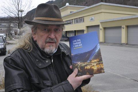NY BOK: Siden 2000 har forfatteren og lokalhistorikeren Helge Songe skrevet ti bøker. Nå er han ute med boka om Tinn Energi / Everkets historie.
