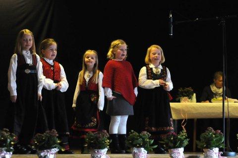 Sjarmtroll: Hanna Mårdalen Hansen, Hannah Andersen,June Sauro, Anne Garden og Maren Eggerud fra Tinn spelemannslag sjarmerte alle i som var tilstede på Granvin i Seljord lørdag.