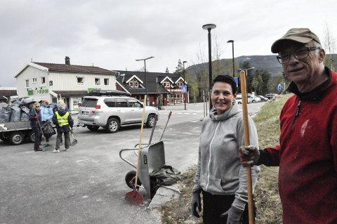 Innsats: Tove Bråthen og Halvor Fagerberg er fornøyd med dugnaden. De håper kommunen spanderer noen blomster på bygda.